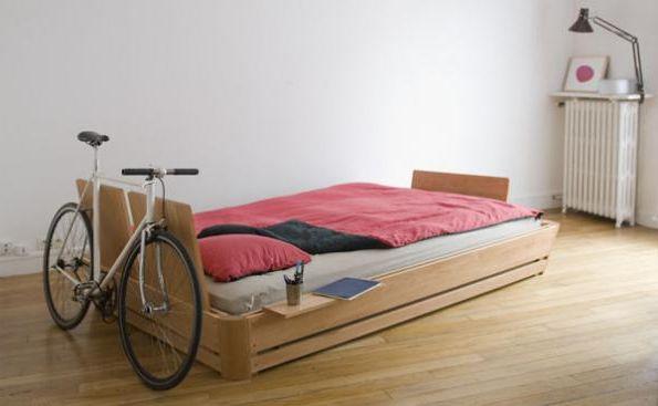 велосипед возле кровати